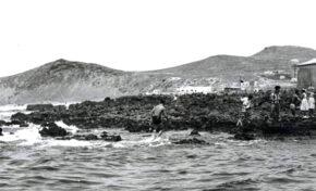 Años cuarenta: niños bañándose en La Puntilla o punta Escobio