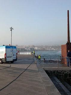 El servicio municipal de mobiliario urbano refuerza la base del móvil de La Puntilla ante su peligro para las personas