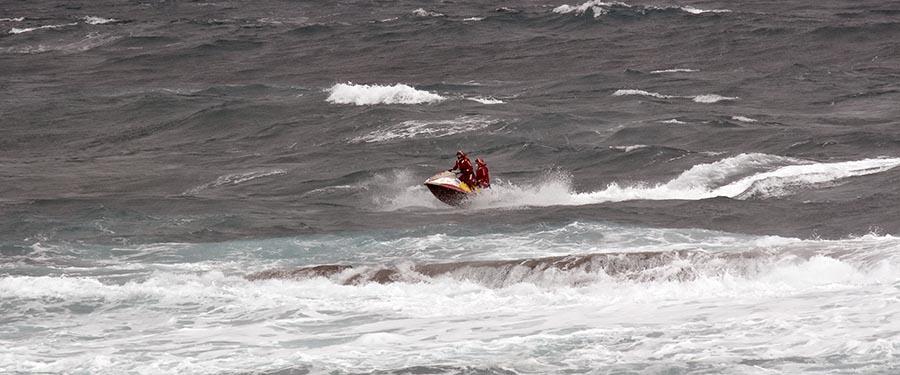 La moto de la Cruz Roja entre las olas
