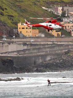 """El helicóptero del """"1-1-2 Canarias"""" en acción"""