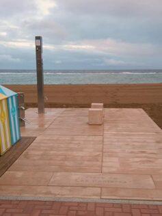 La playa de Las Canteras renueva el equipamiento de duchas en la arena, el acceso al área de accesibilidad y las papeleras del paseo