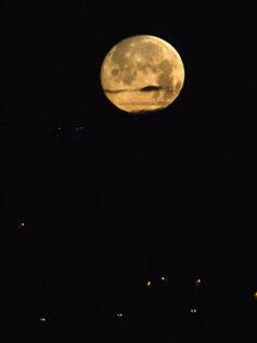 Llega la superluna rosa de abril