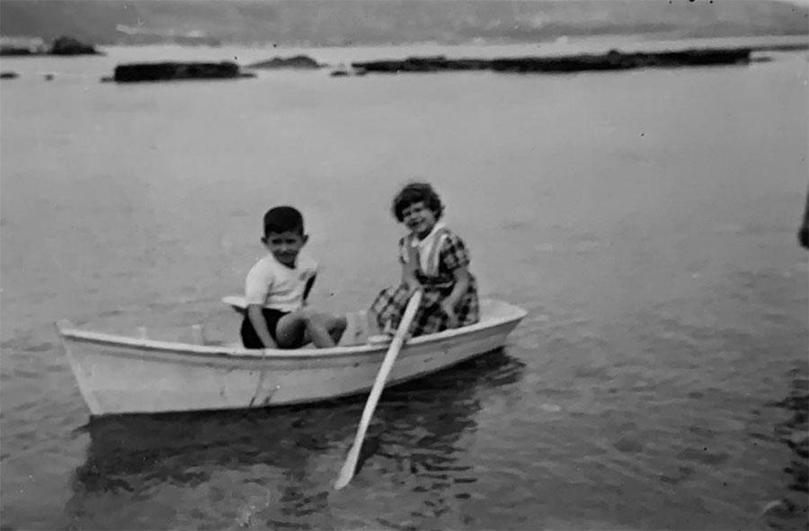 Antoñito y Dora con la chalana en el Charcón