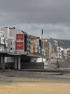 Cultura del Ayuntamiento estudia decorar las medianeras de la primera línea para evitar la proliferación de pancartas publicitarias