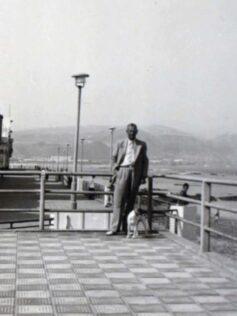 1954: el galán posa en el balconcillo del balneario