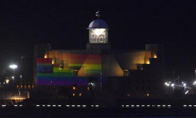 Un arcoíris sobre el auditorio para celebrar el Día del Orgullo