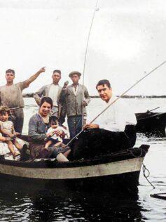 Años 30: foto familiar sobre una chalana