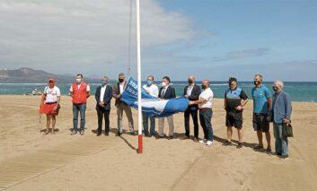 La playa de Las Canteras celebra la llegada del verano izando la Bandera Azul