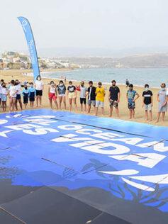 80 escolares despliegan un mosaico en Las Canteras como compromiso con la vida en el mar en el Día Mundial de los Océanos