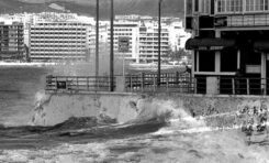 """1985: temporal en el muro Marrero. Restaurante chino """"Felicidad"""""""