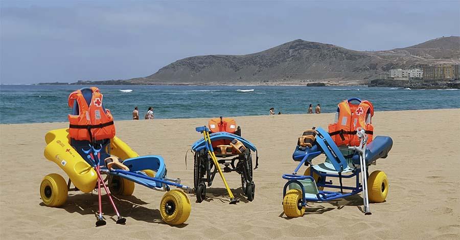 Cruz Roja en Canarias brinda el servicio de baño asistido en la playa de Las Canteras