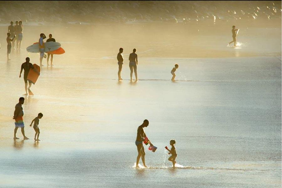 El fotógrafo Tony Hernández gana el certamen nacional #veranoOlympus con una foto de la orilla de Las Canteras