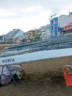 Sinhogarismo en Las Canteras: la pareja que tiene de techo el casco de un bote