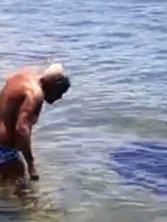 Juan Miguel y José Luis se bañan junto a un chucho negro llamado Churrasco