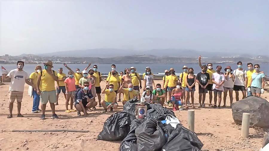 Voluntarios de Ben Magec limpian El Confital